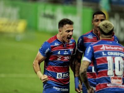 Henriquez comemora gol da vitória do Fortaleza diante do São Paulo pela Copa do Brasil no Castelão.