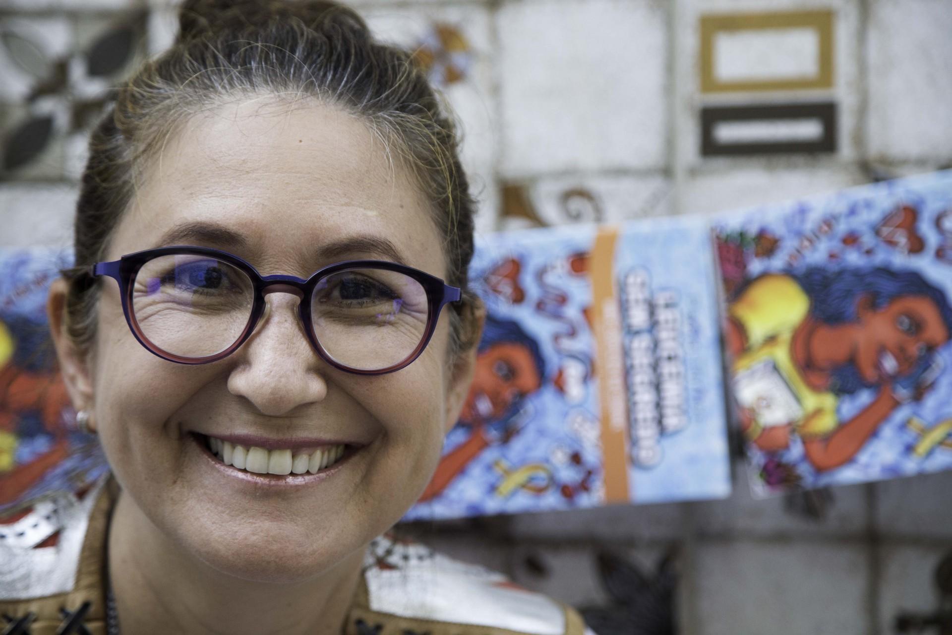 A médica onco-hematologista Paola Tôrres utiliza cordéis autorais para conscientizar pessoas na prevenção contra o câncer (Foto: Eder Bicudo/Especial para O POVO)