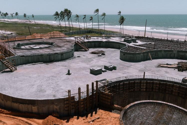 Imagem da construção da piscina do Hard Rock Fortaleza que terá som embaixo d'água