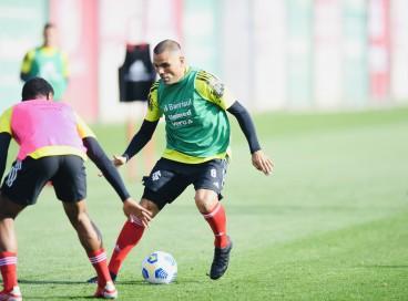 Jogadores disputam bola em treino do Internacional no CT Parque Gigante, em Porto Alegre