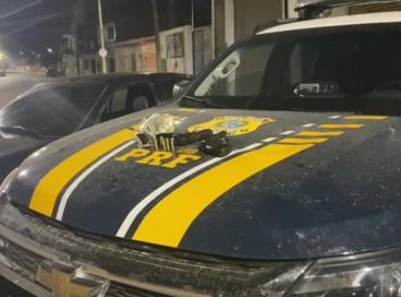 A Polícia Rodoviária Federal prendeu três pessoas em flagrante e apreendeu um adolescente por roubo de veículo em Beberibe