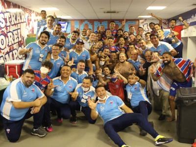 Jogadores, dirigentes e funcionários do Fortaleza comemoram classificação para a semifinal da Copa do Brasil