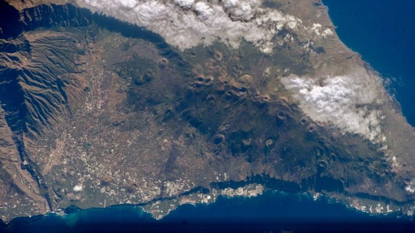 Vulcão Cumbre Vieja tem gerado abalos sísmicos na ilha de La Palma, no arquipélago das Canárias(foto: Nasa)