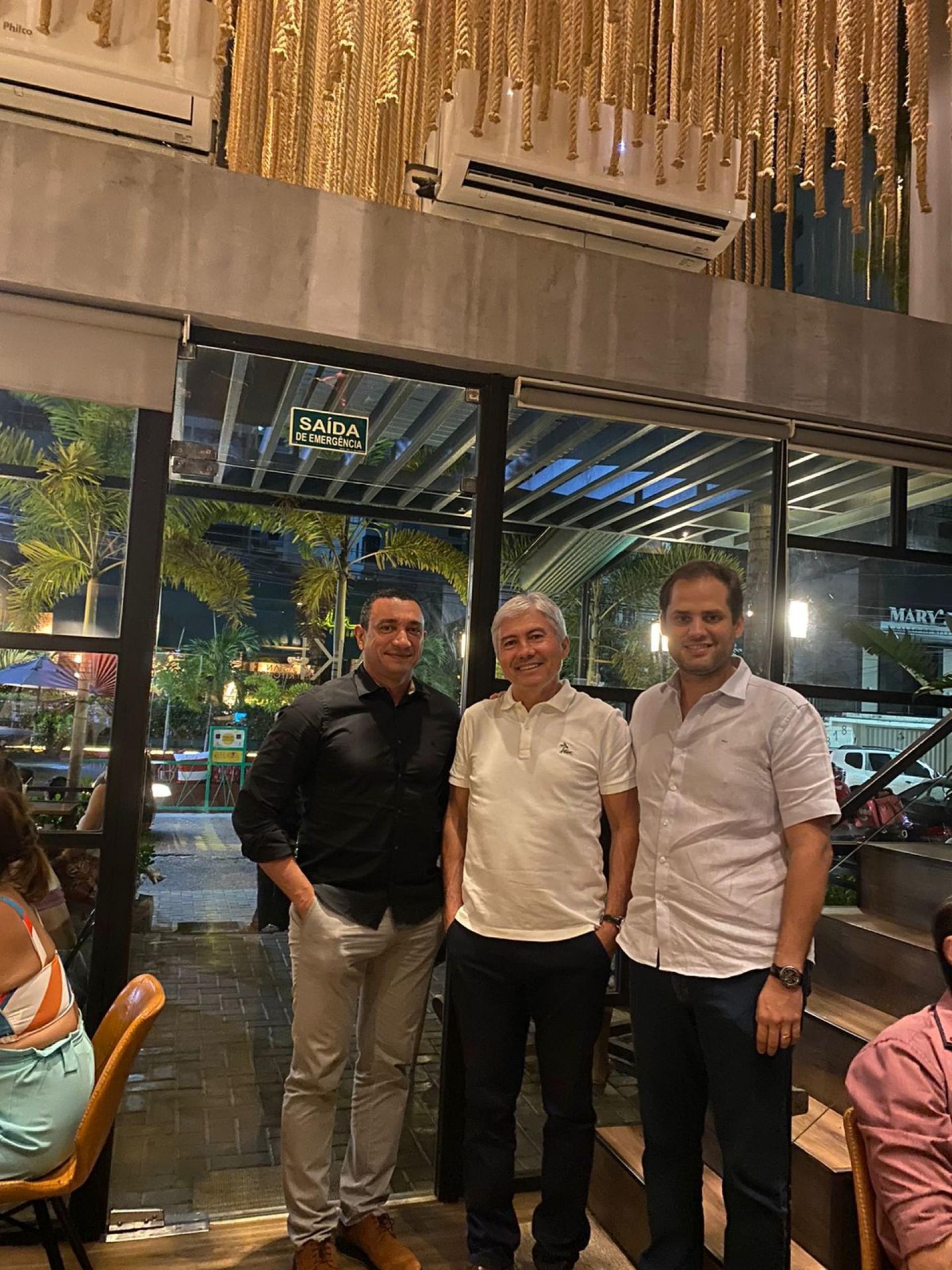 Edmundo Rodrigues em noite de brinde com amigos pelo seu aniversário