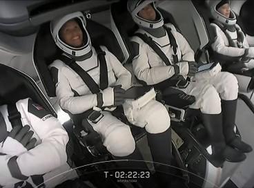 Esta captura de tela tirada do webcast ao vivo da SpaceX mostra os membros da equipe Hayley Arceneaux, Jared Isaacman, Sian Proctor e Christopher Sembroski após serem afivelados em seus assentos na cápsula do Crew Dragon