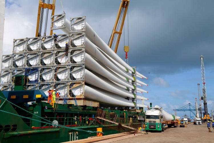 Pás eólicas são itens de destaque no comércio com os EUA e são embarcados no Pecém(Foto: TATIANA FORTES / GOVERNO DO CEARA)