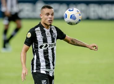 Kelvyn mostrou qualidades ofensivas e defensivas contra o Santos