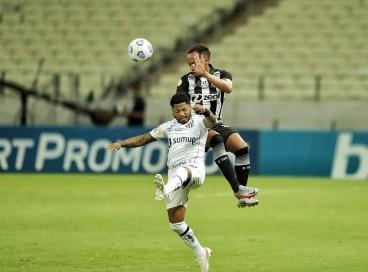 Bruno Pacheco e Marinho disputam bola em jogo entre Ceará e Santos pela 21ª rodada do Brasileirão no Castelão.