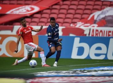 Matheus Jussa em duelo entre Internacional e Fortaleza pelo Brasileirão, no Beira-Rio.