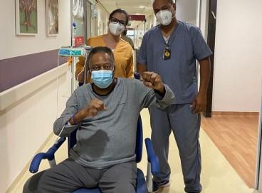 Pelé publica foto ao lado da equipe que o acompanha no Hospital Albert Einstein; veja as últimas notícias do estado de saúde de hoje, 19, do Rei do Futebol