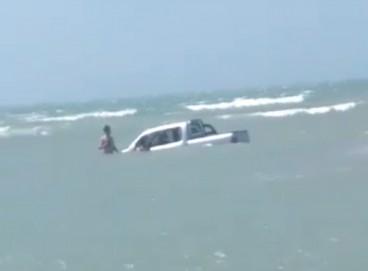 Picape ficou quase submersa em Jeri, na tarde desse sábado, 18