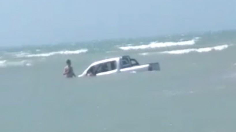 Picape ficou quase submersa em Jeri, na tarde desse sábado, 18(foto: Reprodução/Via WhatsApp O POVO)