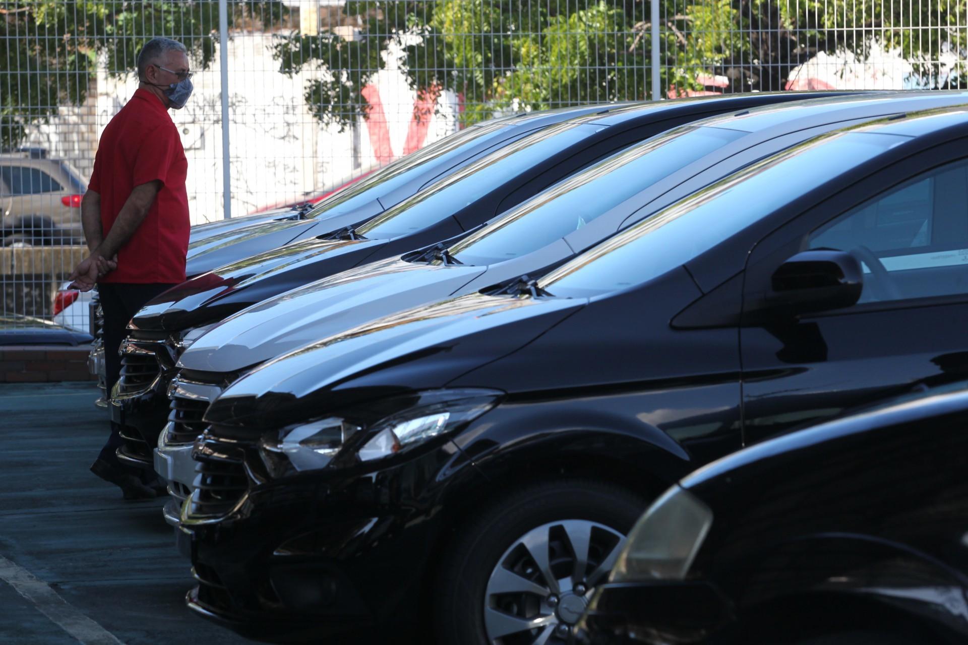 Deputado insano quer permitir importação de carros usados