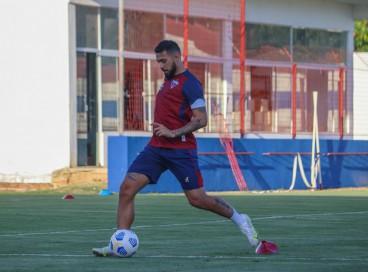 Volante Felipe com a bola em treino do Fortaleza no Centro de Excelência Alcides Santos, no Pici