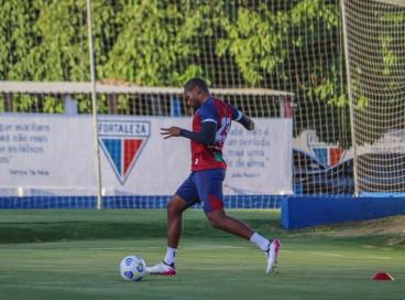 Lateral-direito Tinga com a bola em treino do Fortaleza no Centro de Excelência Alcides Santos, no Pici