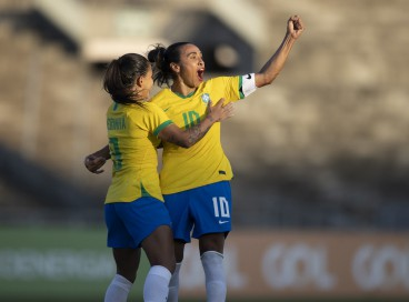 Marta comemora golaço de falta marcado para o Brasil contra a Argentina em amistoso em João Pessoa (PB), em 20/09/2021