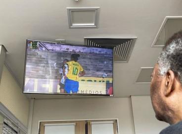 Filha de Pelé publicou uma foto do pai assistindo a jogo da seleção feminina; veja as últimas notícias do estado de saúde de hoje, 20, do Rei do Futebol