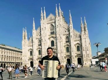 Cantor e sanfoneiro Fábio Carneirinho, que teve parte de sua sanfona furtada enquanto está em turnê pela Europa