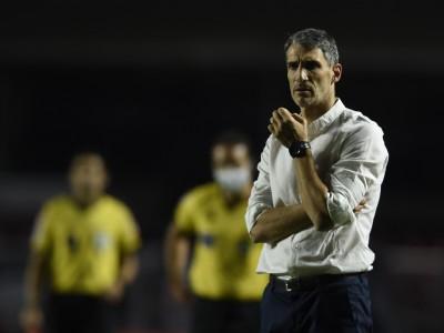 Técnico Juan Pablo Vojvoda à beira do campo no jogo São Paulo x Fortaleza, no Morumbi, pela Copa do Brasil 2021