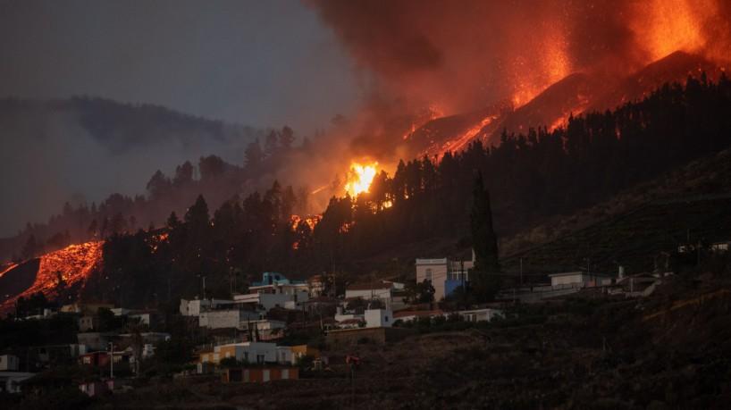 O Monte Cumbre Vieja entra em erupção em El Paso, expelindo colunas de fumaça, cinzas e lava, conforme visto de Los Llanos de Aridane, na ilha canária de La Palma, em 19 de setembro de 2021(foto: DESIREE MARTIN / AFP)