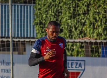 Lateral-direito Tinga em treino do Fortaleza no Centro de Excelência Alcides Santos, no Pici