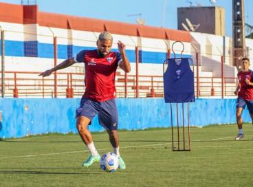 Atacante Romarinho com a bola em treino do Fortaleza no Centro de Excelência Alcides Santos, no Pici