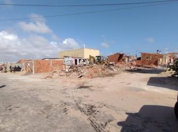 Tratores já derrubaram diversas casas