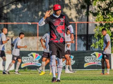 Treinador Anderson Batatais comandando o treino do elenco coral no estádio Elzir Cabral.