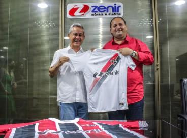 Presidente Newton Filho, do Ferroviário, e José Alves, presidente do Grupo Zenir, na assinatura do contrato de patrocínio