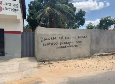 Os muros da comunidade Camará, em Aquiraz, pichados com ameaças