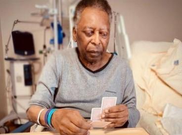 Filha de Pelé publicou uma foto do pai jogando cartas; veja as últimas notícias do estado de saúde de hoje, sexta, 24, do Rei do Futebol