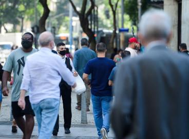 Pessoas com máscara csminhsm no centro do Rio de Janeiro