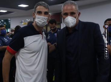O técnico da seleção brasileira, Tite, e o treinador do Fortaleza, Juan Pablo Vojvoda, se encontraram em um aeroporto em Porto Alegre (RS).