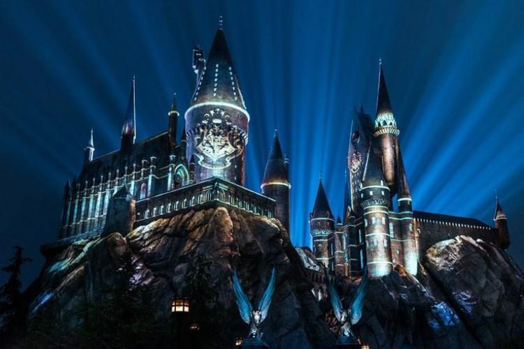 Harry Potter extrapola os limites da ficção e dialoga com a realidade. Na imagem, o castelo de Hogwarts foi construído no parque temático da Disney
