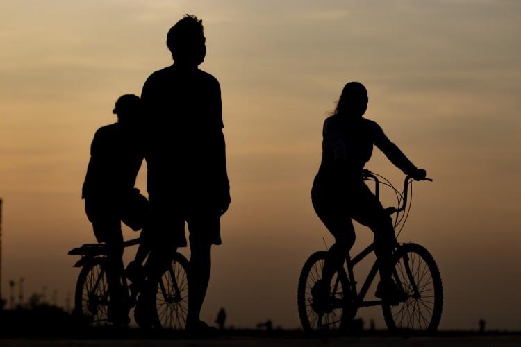 Trecho da Beira Mar, próximo ao aterro da Praia de Iracema, Movimentação de pessoas e bicicletas na orla