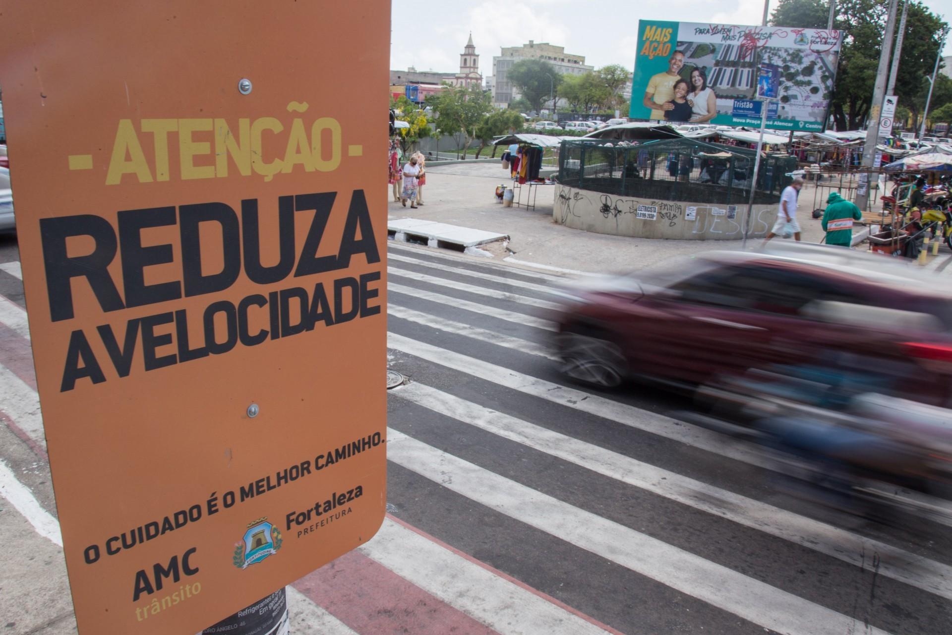 NA AVENIDA Tristão Gonçalves esquina com a rua Liberato Barroso está localizada a maior faixa de pedestres do Brasil (Foto: Yago Albuquerque / Especial para O Povo)