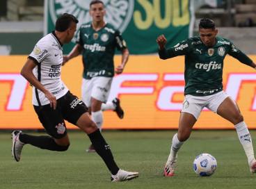 O jogador Rony, da SE Palmeiras, disputa bola com o jogador Cantillo, do SC Corinthians P, durante partida válida pela terceira rodada, do Campeonato Brasileiro, Série A, na arena Allainz Parque. (Foto: Cesar Greco)