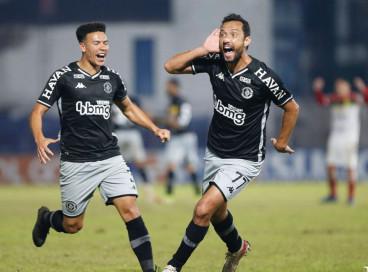 Vasco derrota Brusque na Série B com golaço de Nenê