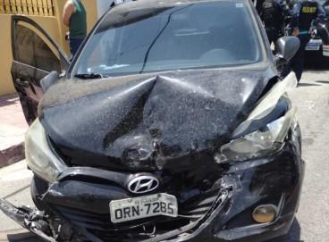 O automóvel usado na ação criminosa colidiu e foi abandonado