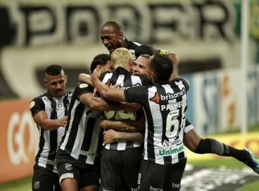Jogadores do Ceará comemoram gol de Jael no jogo Ceará x Chapecoense, na Arena Castelão, pelo Campeonato Brasileiro Série A