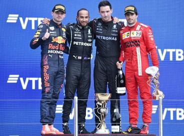 O piloto britânico Lewis Hamilton, vencedor da Mercedes, comemora no pódio com o piloto holandês da Red Bull, segundo colocado Max Verstappen e o piloto espanhol da Ferrari, Carlos Sainz Jr, terceiro colocado