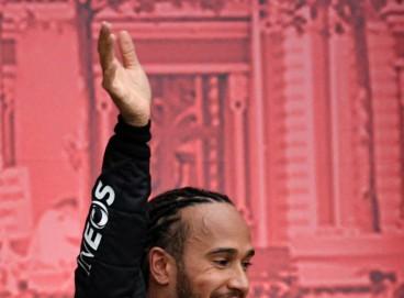 Lewis Hamilton sorri no pódio da Rússia: fenomenal