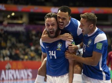 Jogadores do Brasil comemoram vitória contra o Marrocos na Copa do mundo de Futsal na Lithuania.