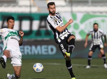 Jogadores disputam bola no jogo Juventude x Santos, no Alfredo Jaconi, pelo Campeonato Brasileiro Série A
