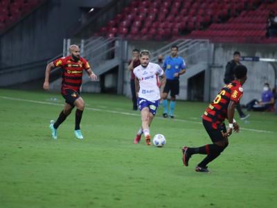 Meia Lucas Crispim com a bola no jogo Sport x Fortaleza, na Arena Pernambuco, pelo Campeonato Brasileiro Série A