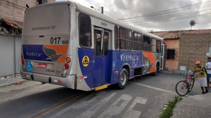 Ônibus foi abandonado no Parque Albano (foto: via WhatsApp O POVO )