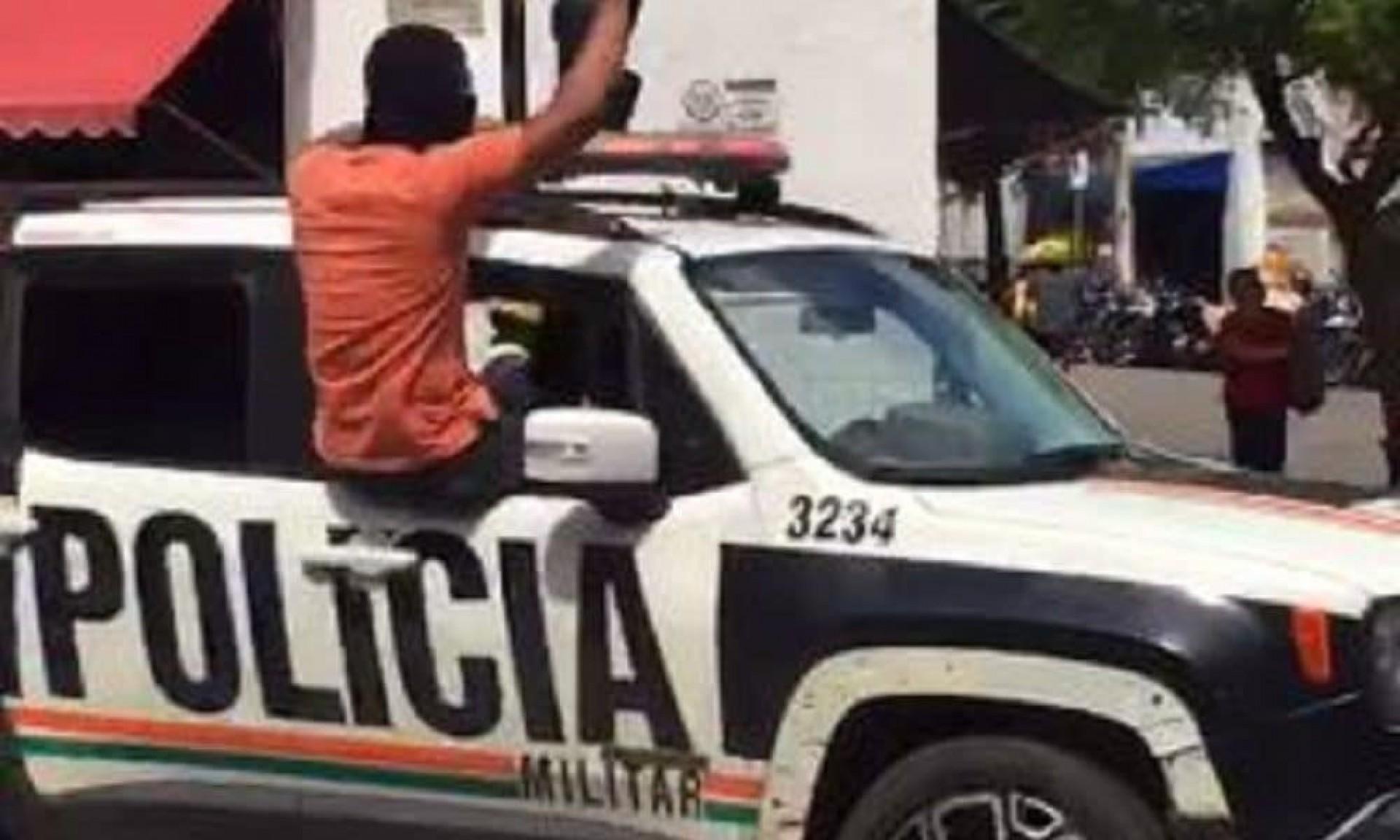 Policiais militares amotinados em Sobral ordenaram comerciantes a fechar a portas, em prática semelhante a de milícias e facções criminosas (Foto: REPRODUÇÃO DE VÍDEO)
