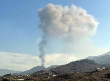 O vulcão Cumbre Vieja retoma sua atividade após um curto período de inatividade em Los Llanos de Aridane, nas ilhas Canárias de La Palma, em 27 de setembro de 2021