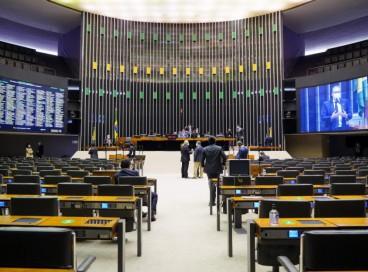 Os deputados aprovaram mudanças na Lei de Diretrizes Orçamentárias de 2021 que permitirão destinar recursos para o Auxílio Brasil