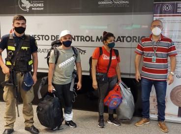 Andrés Manuel López Paraquiva (de cinza), 37 anos,  e sua esposa Clúdia Patrícia Barona Pajar (de vermelho),  48 anos, ambos colombianos, foram presos no Aeroporto Silvio Pettirossi, em Luque, Paraguai,